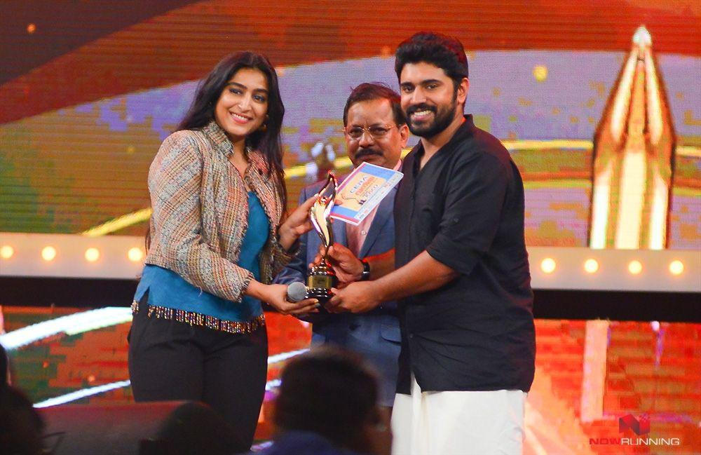Nivin pauly receving award