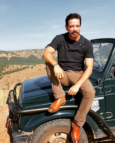 Anup-Soni-Posing-with-his-Car