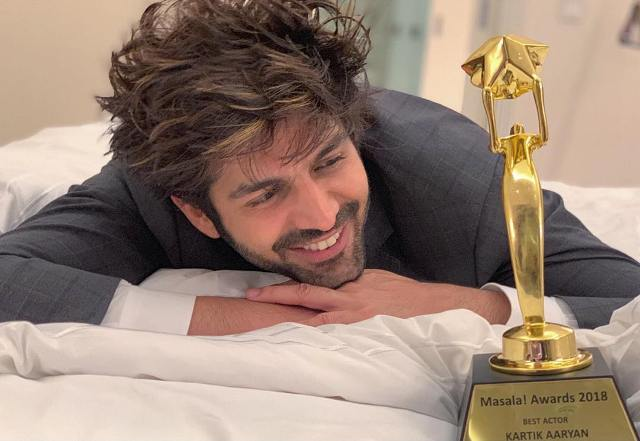 Kartik-Aaryan-with-Masala-Award