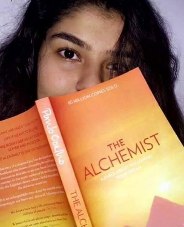 Nidhi Bhanushali love reading books