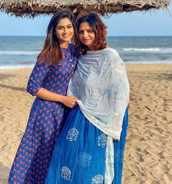 Shivani-Narayanan-with-her-mother