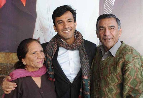 Vikas-Khanna-with-his-parents