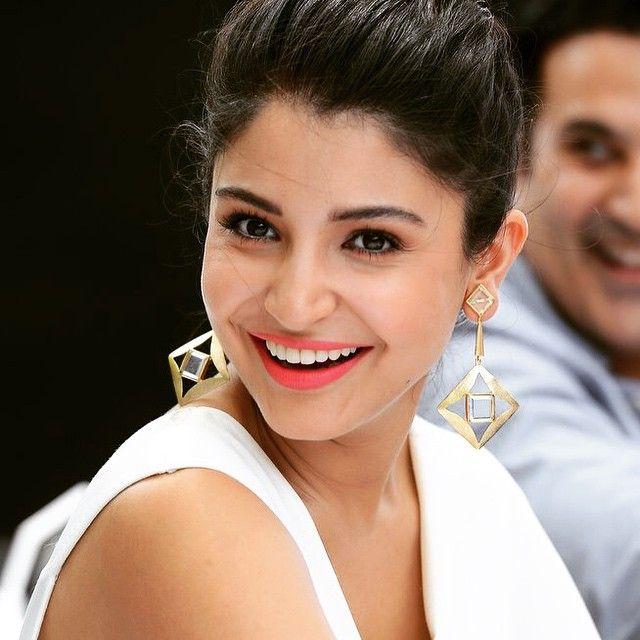 beautiful-smiling-pics-of-Anushka-Sharma