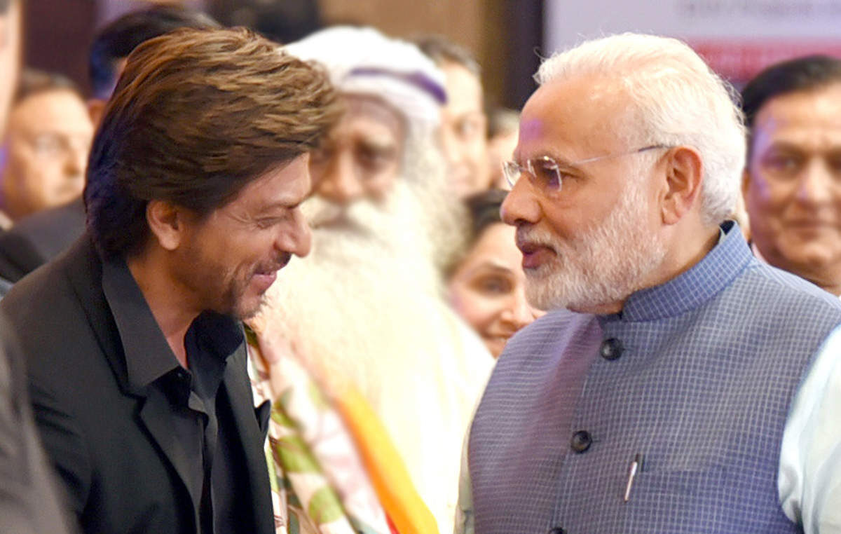 shah-rukh-khan-and-pm-narendra-modi-greet-eachother-at-the-2018-global-business-summit