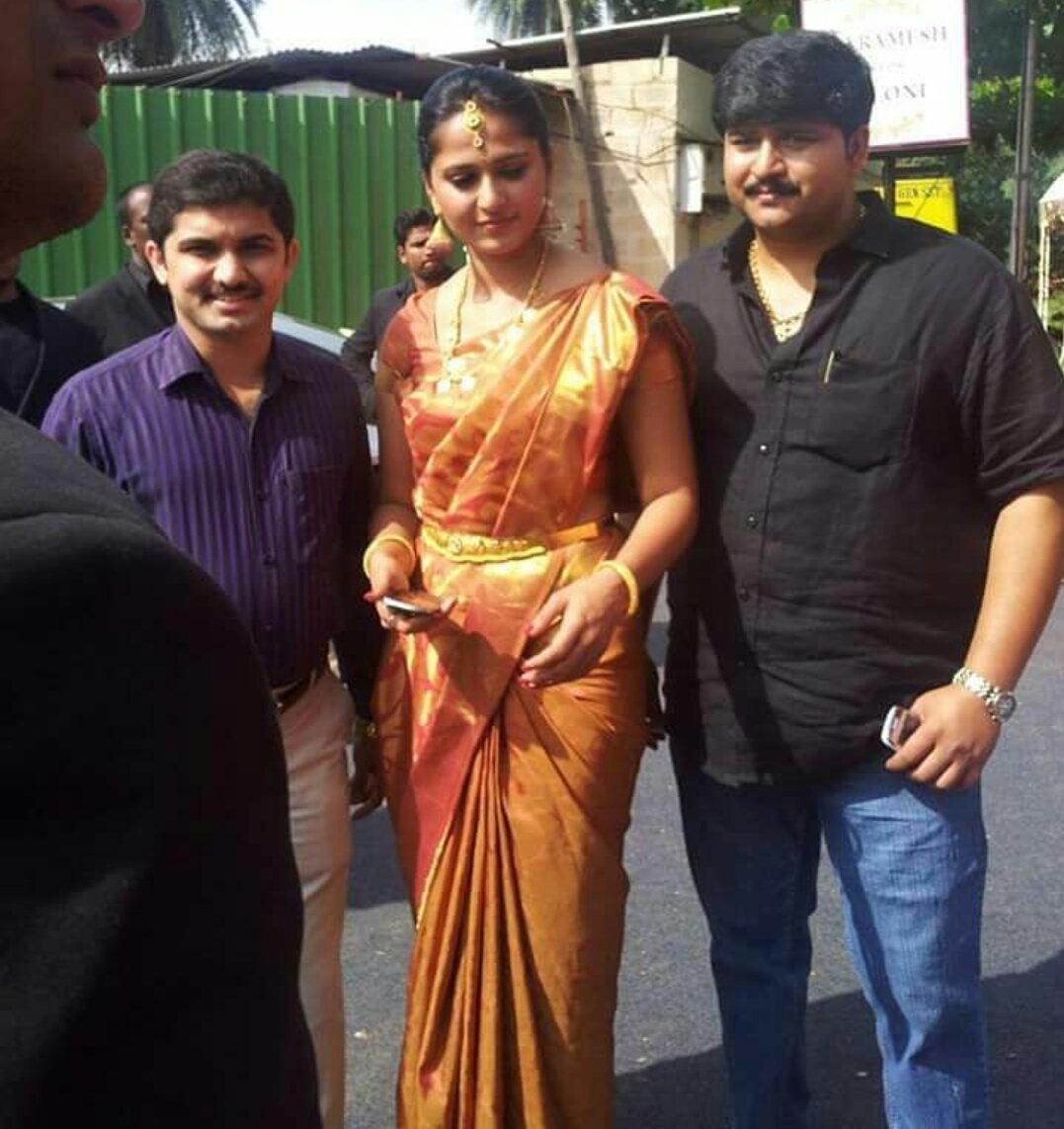 Anushka_Shetty_brothers