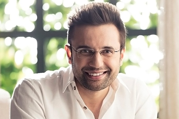 Sandeep-Maheshwari with smiling