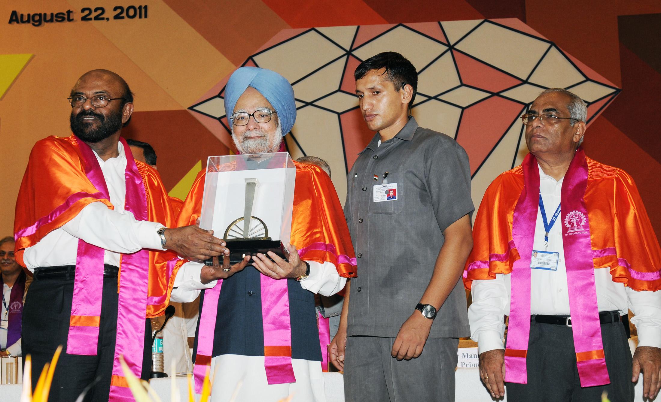 Shiv Nadar taking award