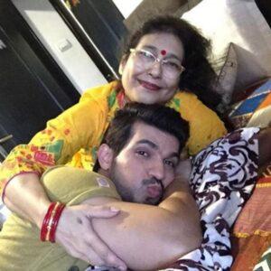 Arjun Bijlani with his mother